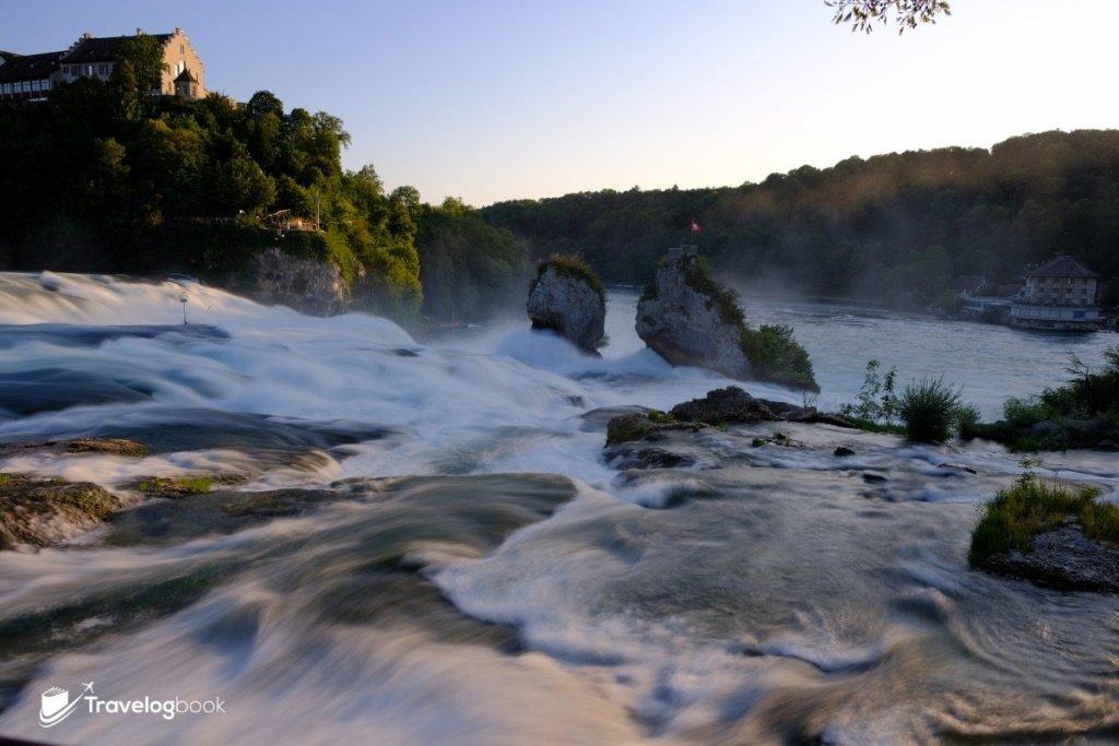 接近黃昏時分的萊茵瀑布。