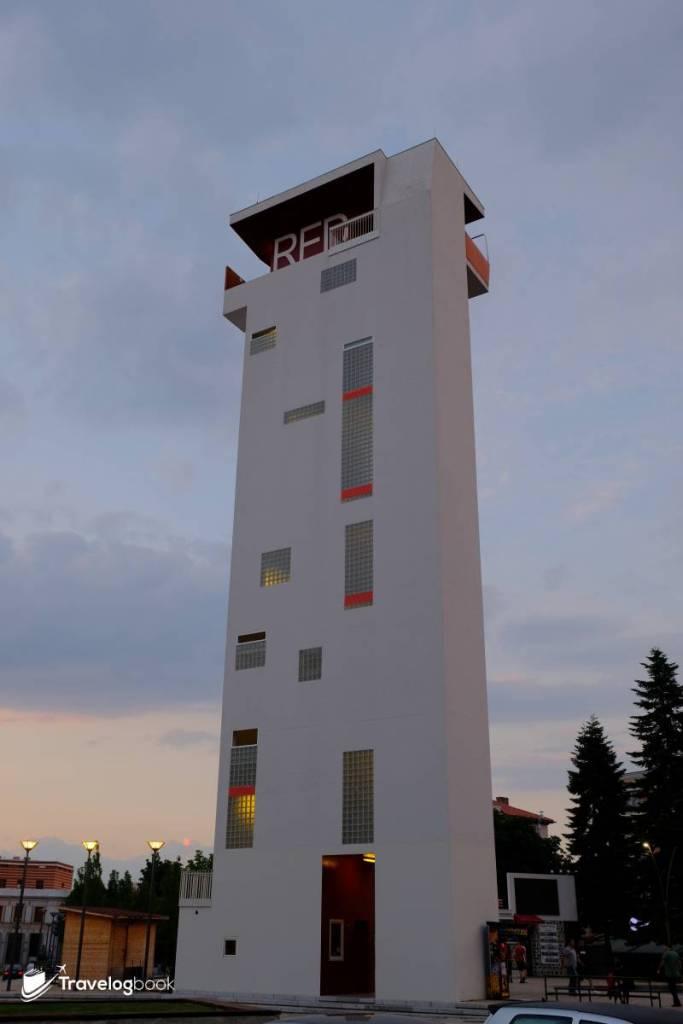 高33米的The Red Tower,可欣賞市內全景,包括大教堂及其前方的Shën Gjergj(St. George)行人大道。入場費50 Lek。