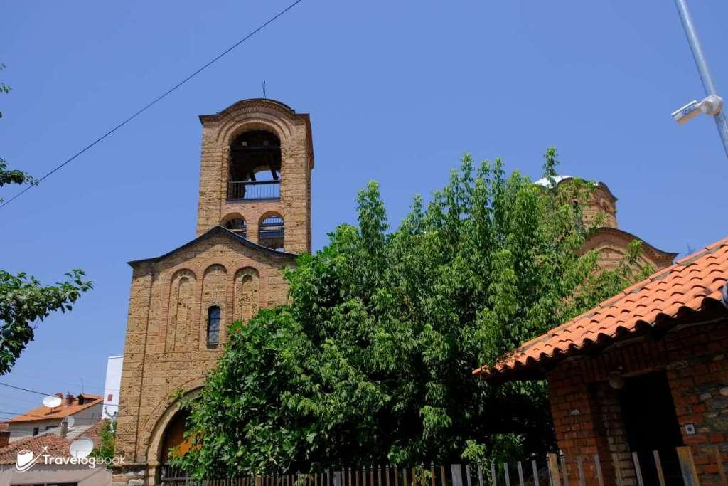 14世紀的東正教教堂Church of Our Lady of Ljeviš,雖貴為世界文化遺產,但在 2004年的衝突中被大肆破壞。