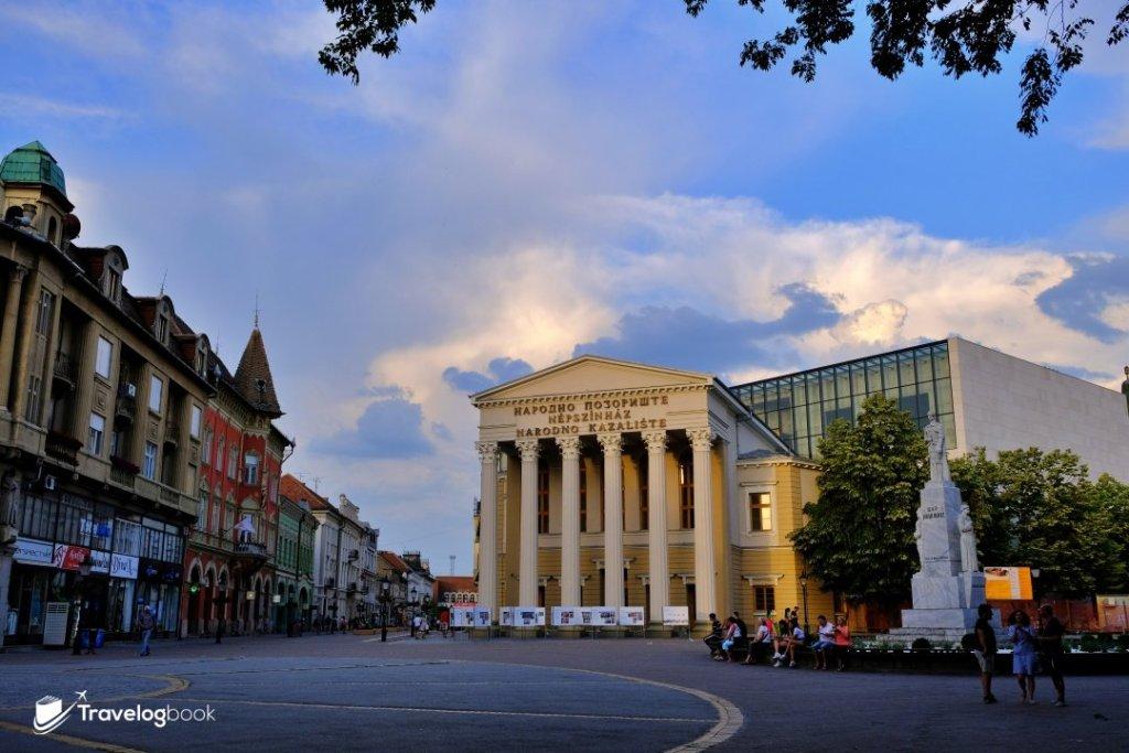 蘇博蒂察國家劇院( National Theatre)坐落在市政廳前的自由廣場(Liberty Square)旁。