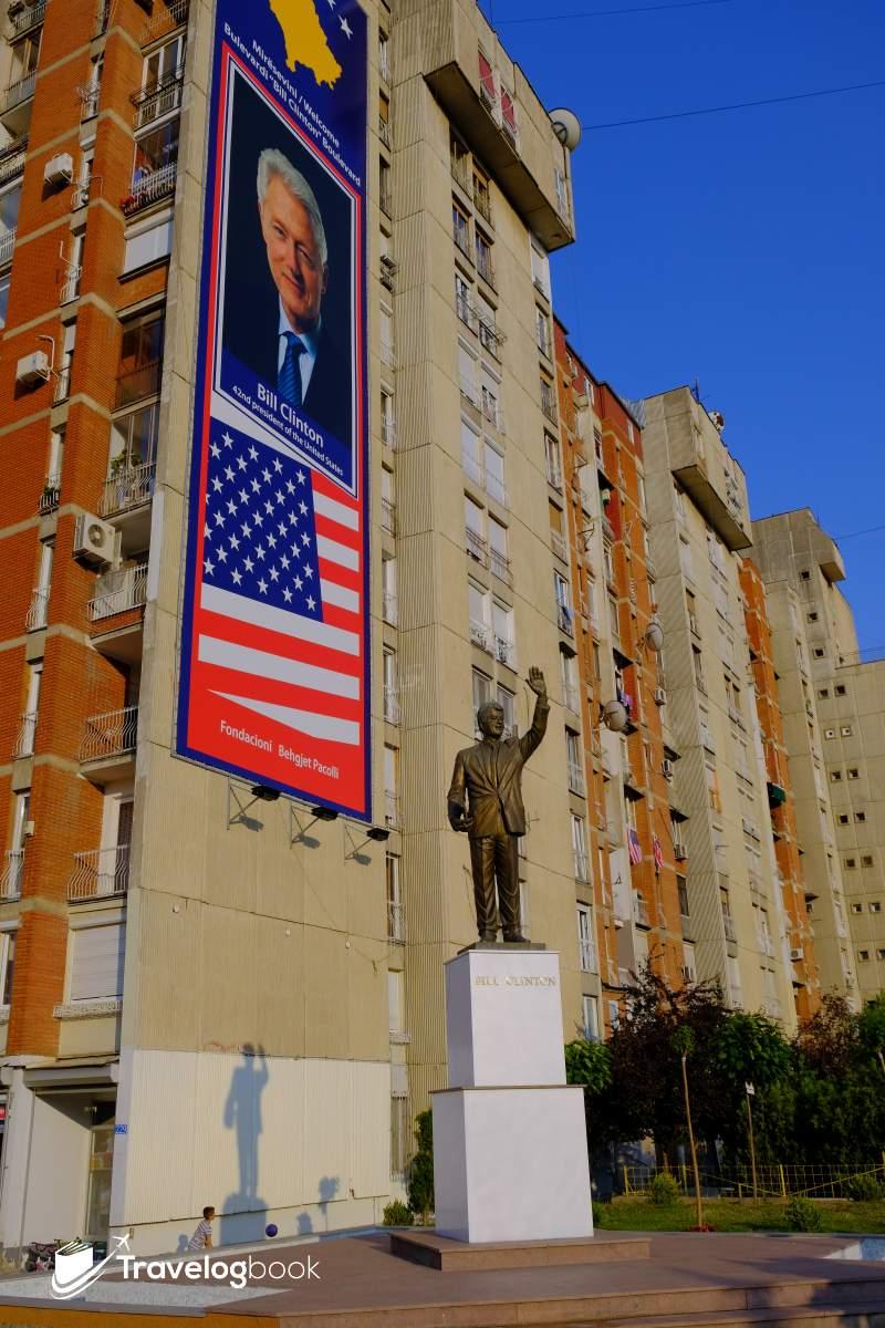 前美國總統克林頓(Bill Clinton)的鑄像,於2009年落成。