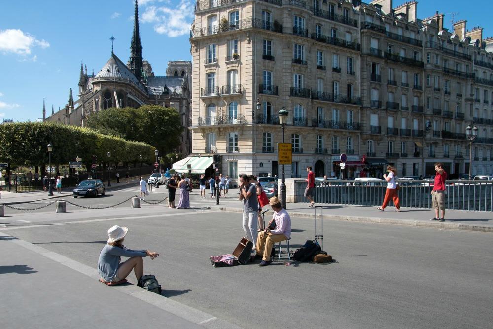 Paris Notre-Dame straatmuzikant