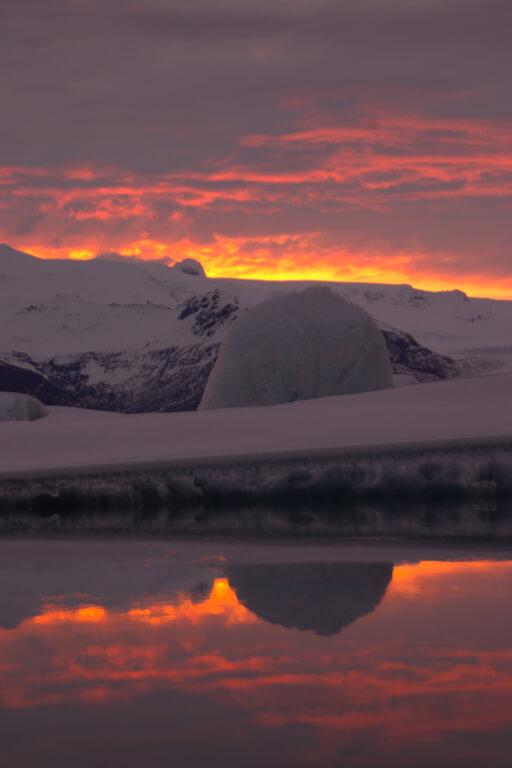 Die Sonne geht über dem Gletschersee Jökulsarlon auf Island unter