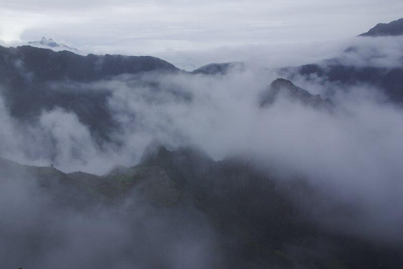 Wolkenverhangene Anden in Peru