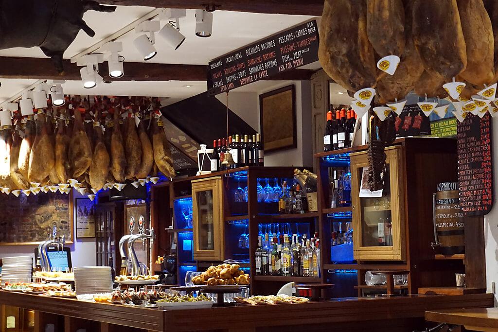 Pintxos in einer Bar in San Sebastian im Baskenland