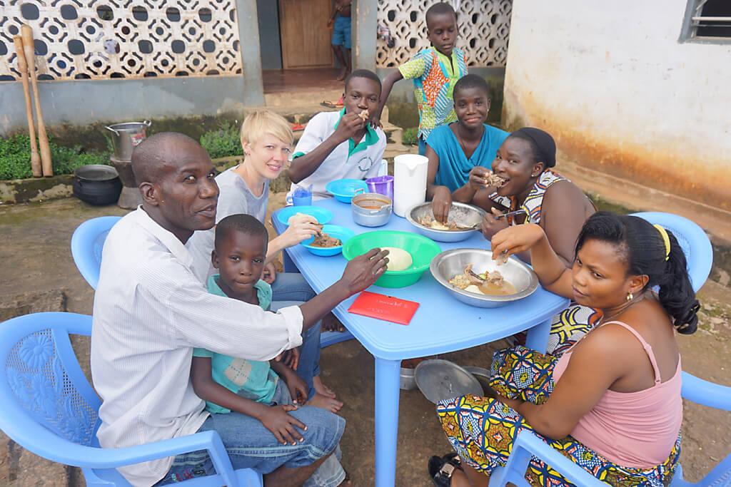 Gemeinsames Foufou Essen in einer togolesischen Familie