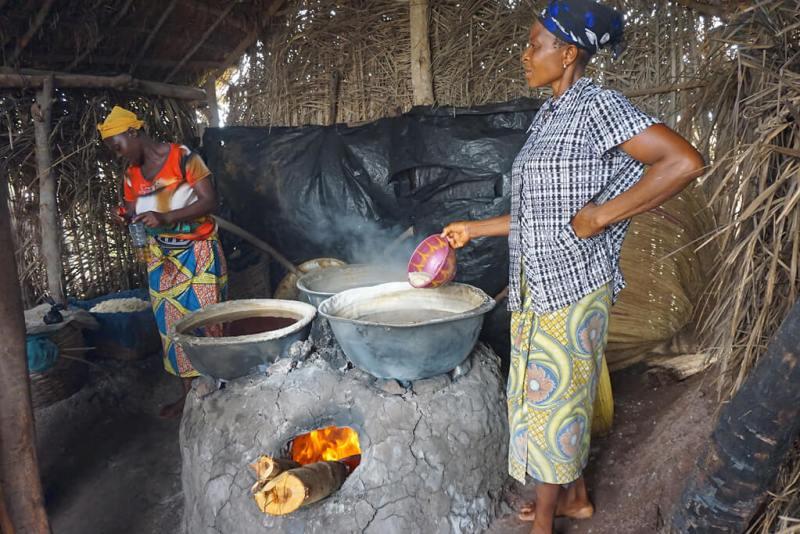 Frauen beim Salzauskochen in Benin