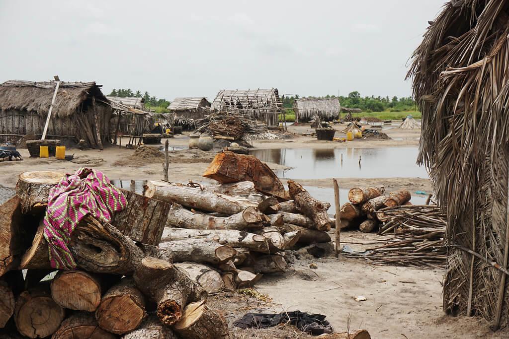 Salzgewinnung an der Lagune von Ouidah in Benin