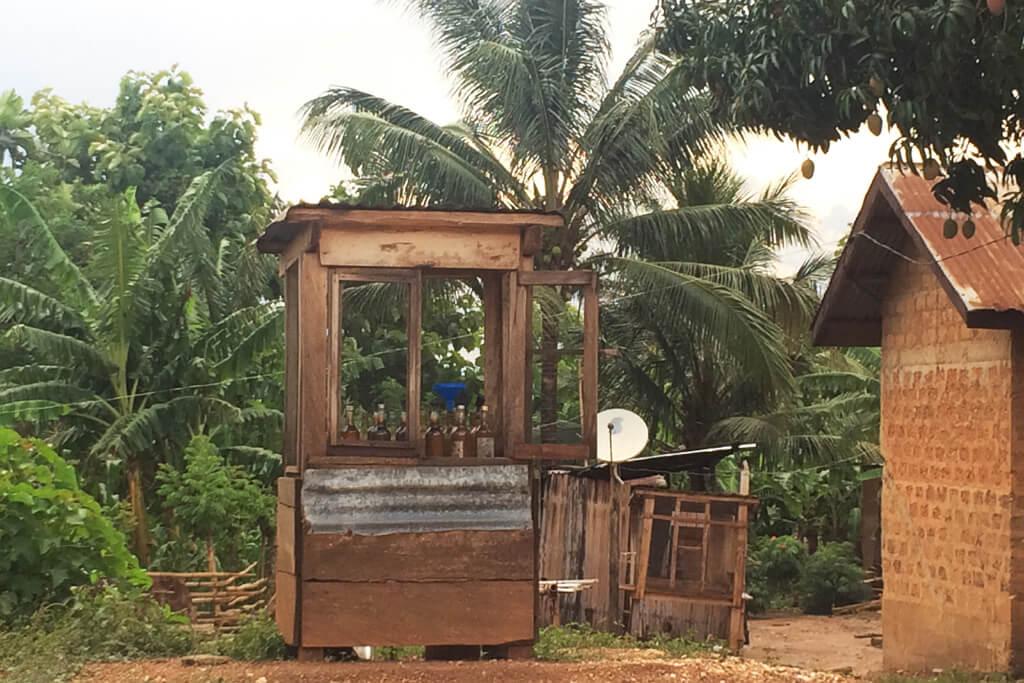 Benzinverkauf am Strassenrand bei Tomegbe nahe Badou