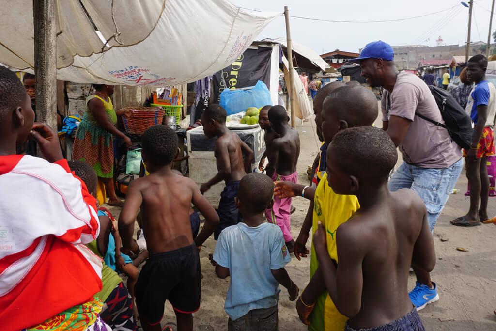 Tanzende Kinder im Fischerdorf von Accra