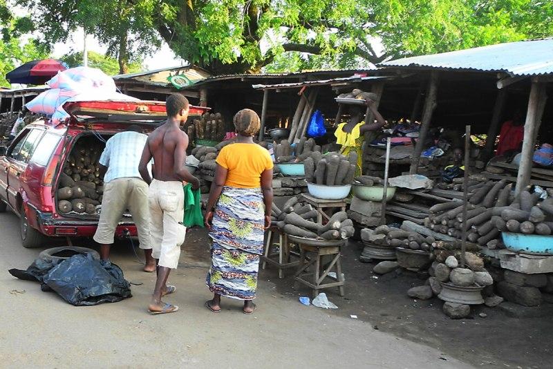Stände mit Ignam (Yams) auf dem Markt von Kpalimé