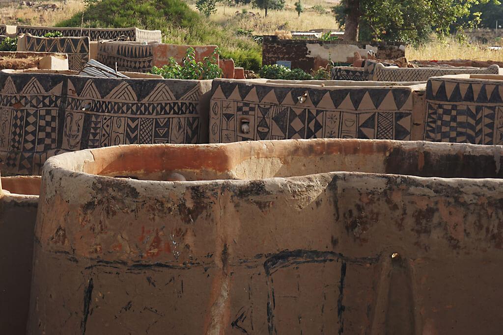 Dächer des Court Royal von Tiebele in Burkina Faso