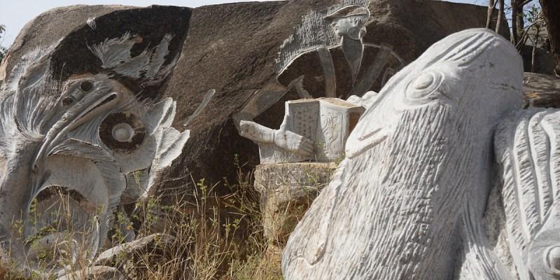 Granit-Skupturen im Parque de skulptures sur granit bei Ouagadougou