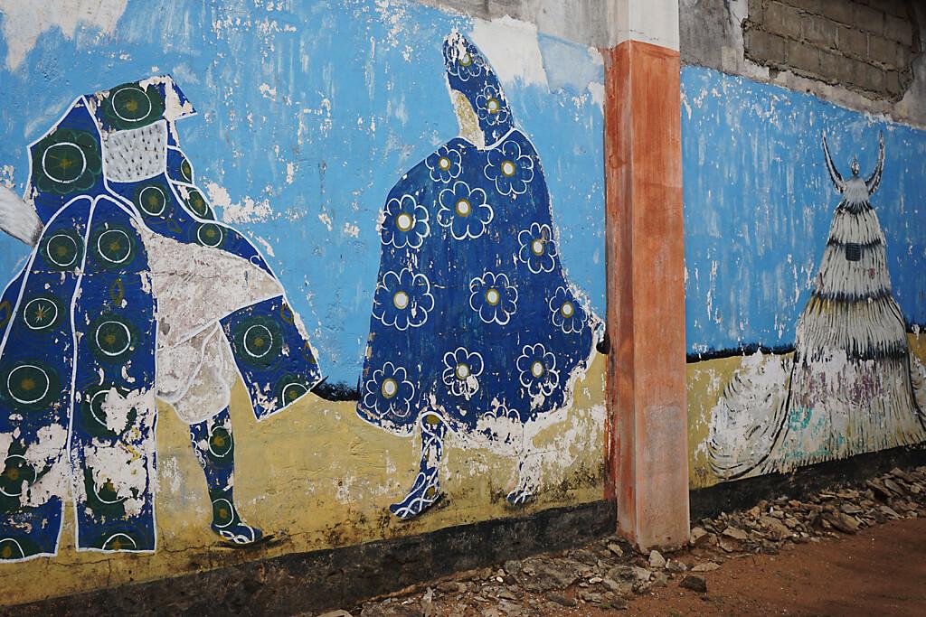 Wandbemalung von Masken im Ethnologischen Museum von Porto-Novo