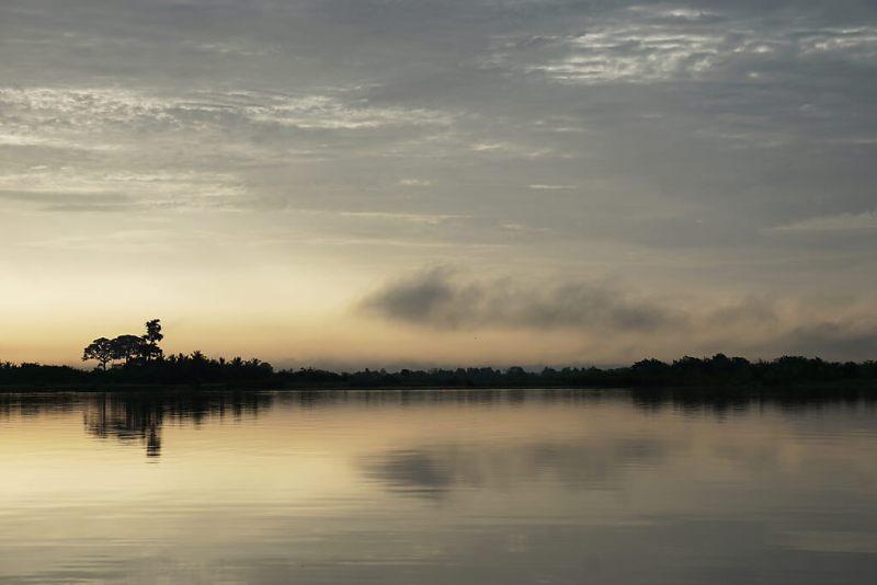 Sonnenaufgang über dem Maar Afito am Mono in Togo