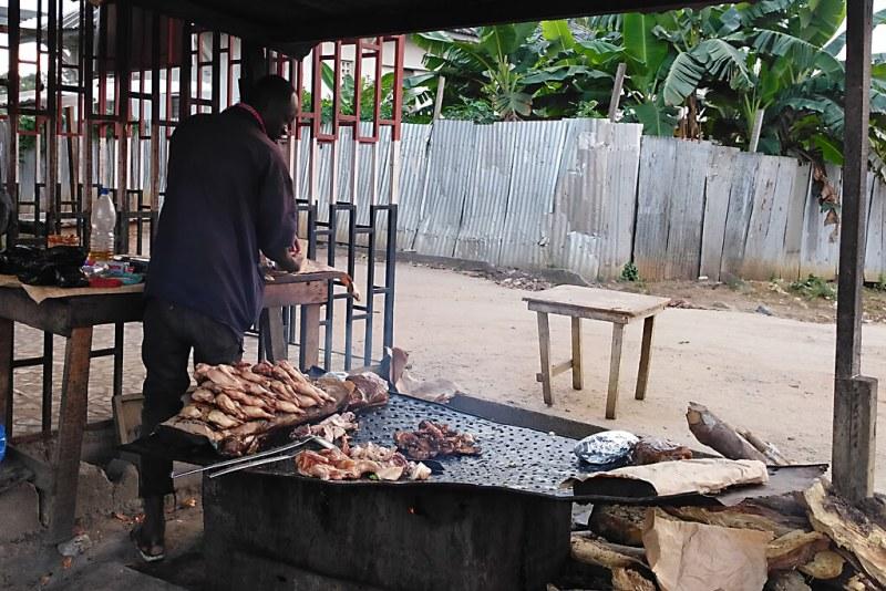 Verkauf von gegrilltem Hähnchen in Abidjan