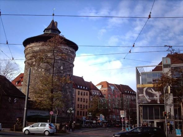 Vedľa veže sa nachádza turistické informačné centrum.