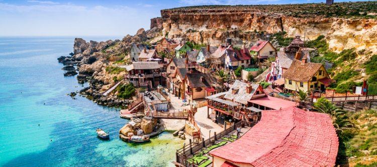 Malta, Il-Mellieha. Uitzicht op het beroemde dorp Mellieha en baai.