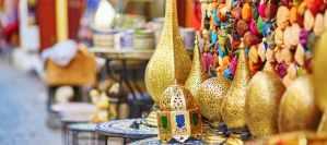 Selectie van traditionele lampen op Marokkaanse markt (souk) in Fez, Marokko