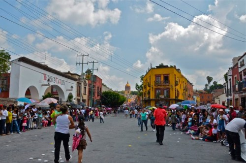 Calle Zacateros was lined 3-deep all the way up to the jardin.