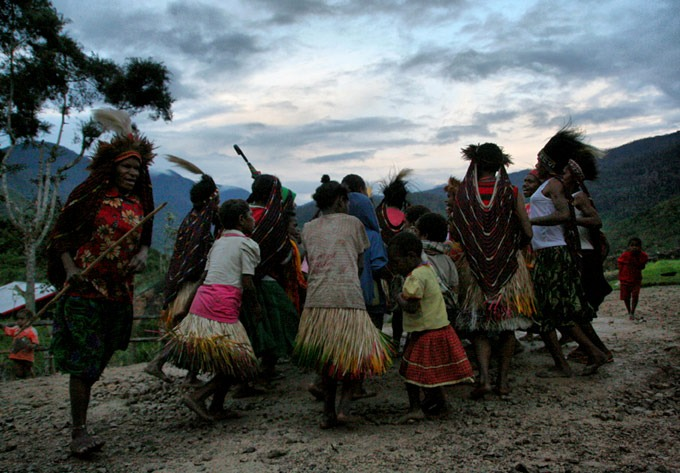 yogoshine papua ceremony Hiking the Baliem Valley on a budget