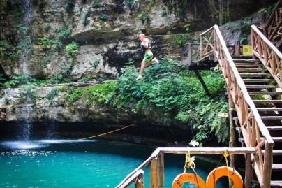 Ins Cenote springen