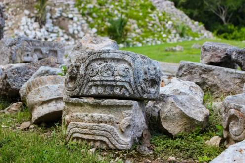 Maya Motive in Stein gemeißelt