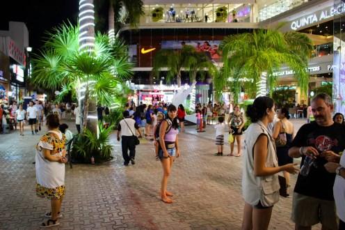 Abendlicher Spaziergang auf der 5th Avenue in Playa del Carmen