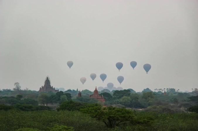 Heißluftballons fliegen hoch in Bagan