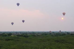Heißluftballons beim Sonnenaufgang in Bagan