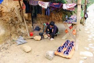Black Hmong Frau verkauft Souvenirs