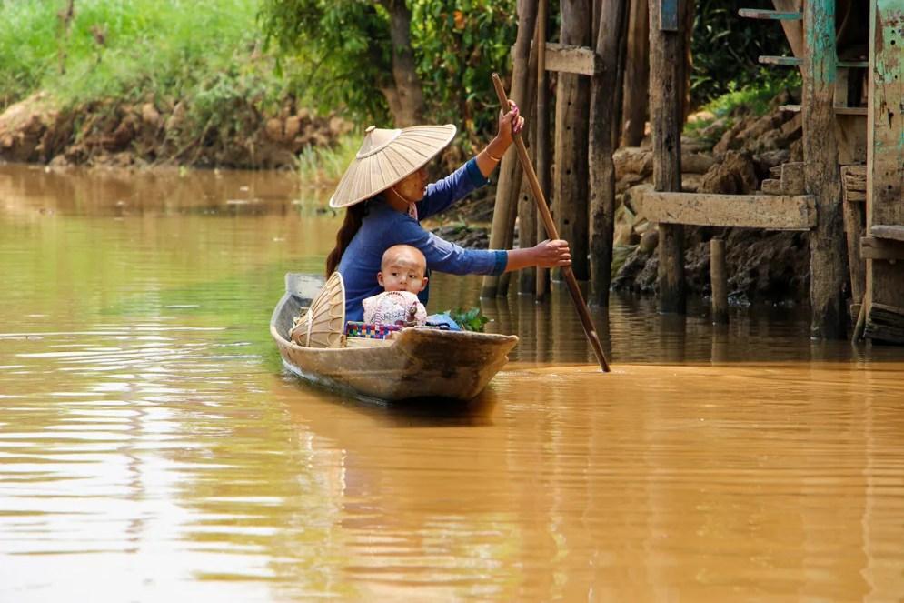 Burmesische Mutter mit Kind im Boot