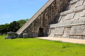 Eingang zu der kleineren Pyramide in Chichán Itzá
