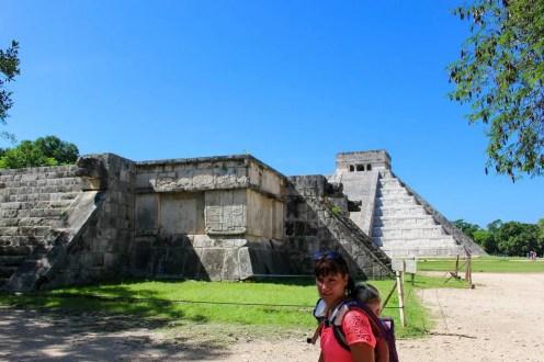 Venusplattform mit der Pyramide im Hintergrund in Chichen Itza