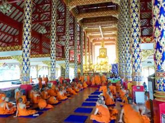 Mönche in der Halle von Wat Suan Dok