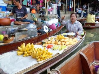 Obstverkäufer auf dem Schwimmenden Markt