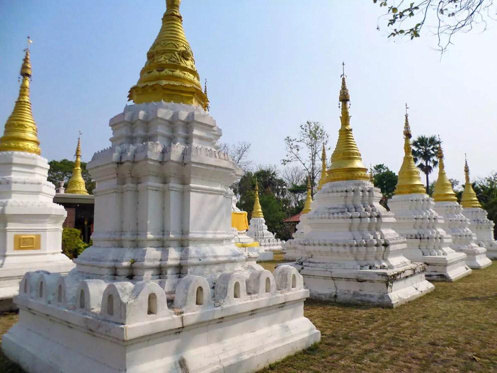 Die weißen Chedis bei Wat Chedi Sao Lang