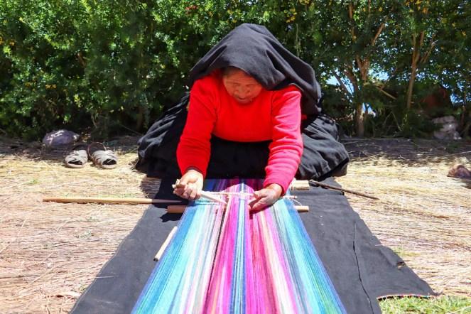 Alte Frau webt auf Taquile Insel
