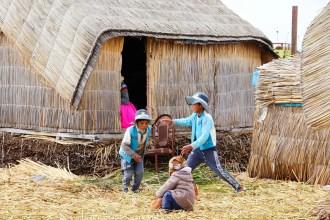 Kinder spielen auf dem Uros Insel