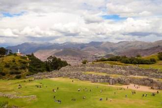 Sacsayhuamán mit Cusco und Cristo Blanco im Hintergrund