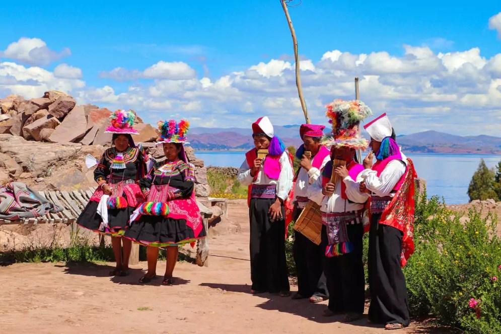 Traditionell bekleideite Frauen und Männer auf Insel Taquile