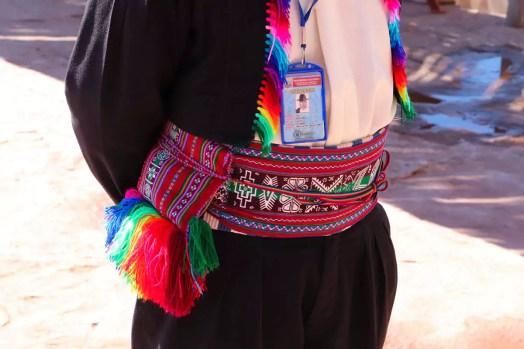 Traditioneller Gürtel mit Beutel für Cocablätter auf Taquile