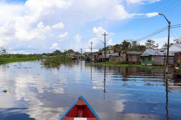 Mit Boot zwischen den schwimmenden Häusern in Iquitos