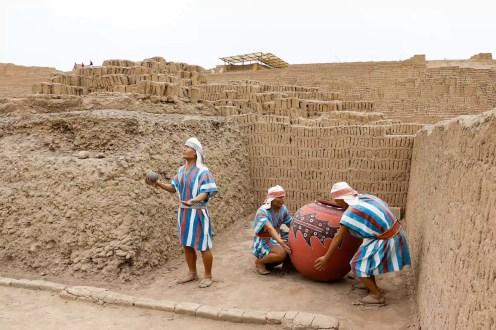 Lebensechte Figuren Huaca Pucllana