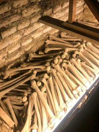 Viele Unterschenkel in den Katakomben von Basilika San Fransisco Lima