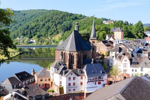 Blick auf die Kirche St. Laurentius vom Turm Belvedere in Saarburg