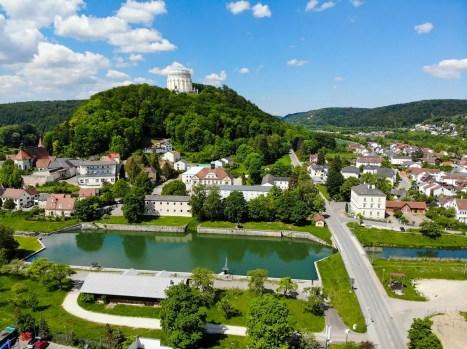 Alter Hafen und Befreiungshalle in Kelheim aus der Luft