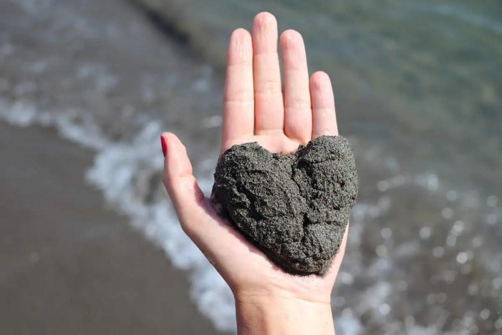 Dunkle Sand auf dem Strand in Ulcinj