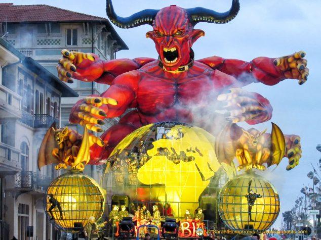"""""""La Gabbia"""" (""""The Cage"""") - Viareggio Carnival"""