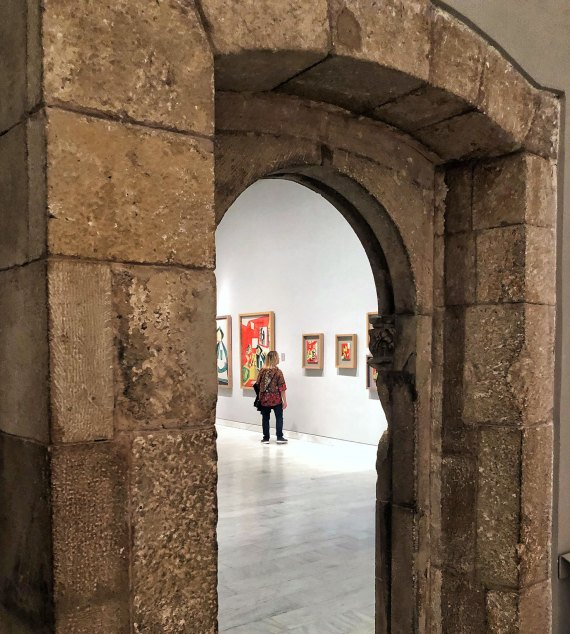 Looking into a gallery at Museu Picasso.